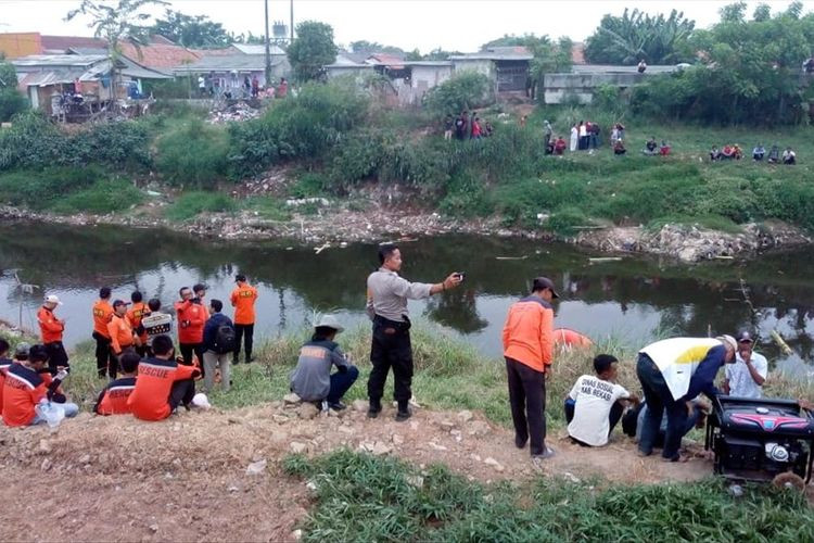Teenager drowns while crossing river in Bekasi