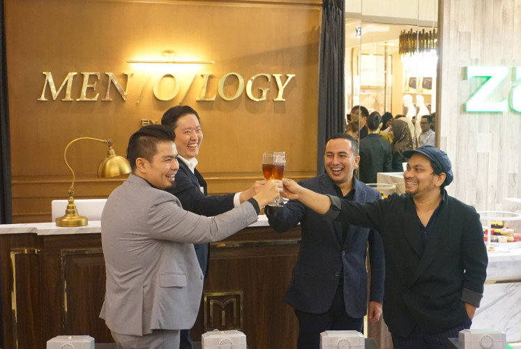 Raising their glasses during the grand opening of Men/o/logy by ZAP on July 11 at Kota Kasablanka Mall in South Jakarta are (left to right) Bams, co-founder of Men/o/logy and musician, Endi Novianto, co-founder of Men/o/logy and dermatologist, Fadly, CEO of ZAP Clinic and founder of Men/o/logy, and Tompi, plastic surgeon and co-founder of Me/n/ology.