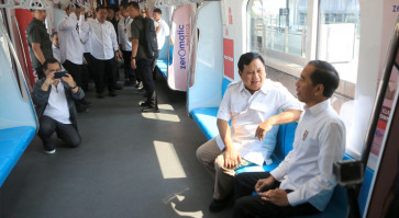Prabowo meets Jokowi at MRT station