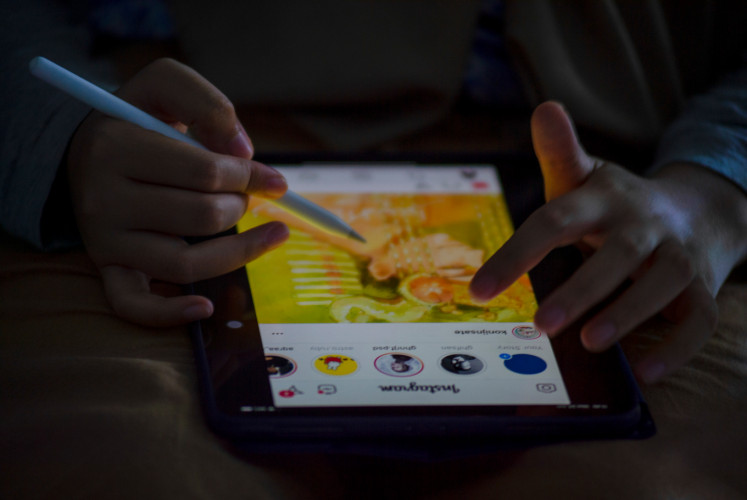 Rizka often draws comics on a mobile gadget as she can draw anywhere.
