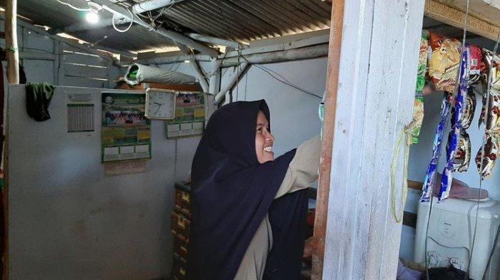 Contract-based teacher in Banten lives in school's toilet building