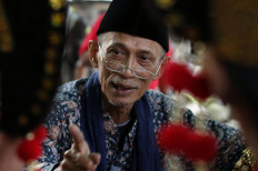 Sutanto Mendut, 65, who founded the Five Mountains Community, mingles with the Topeng Losari art troupe at the 18th Five Mountains Festival. JP/Magnus Hendratmo