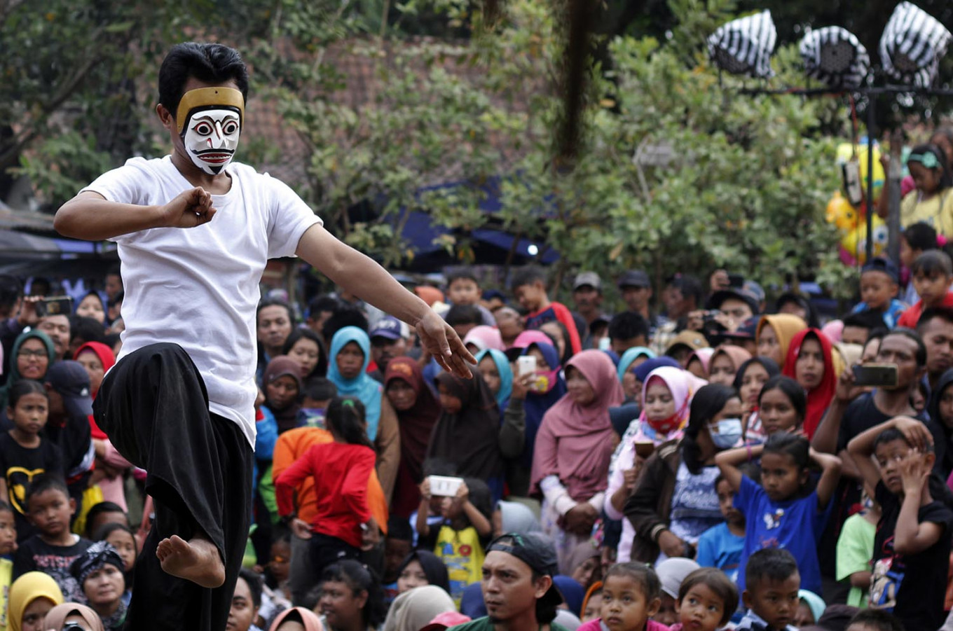 Local artist Makhrus from Lumajang, East Java, performs traditional the Topeng Putih (White Mask) at the 18th Five Mountains Festival. JP/Magnus Hendratmo