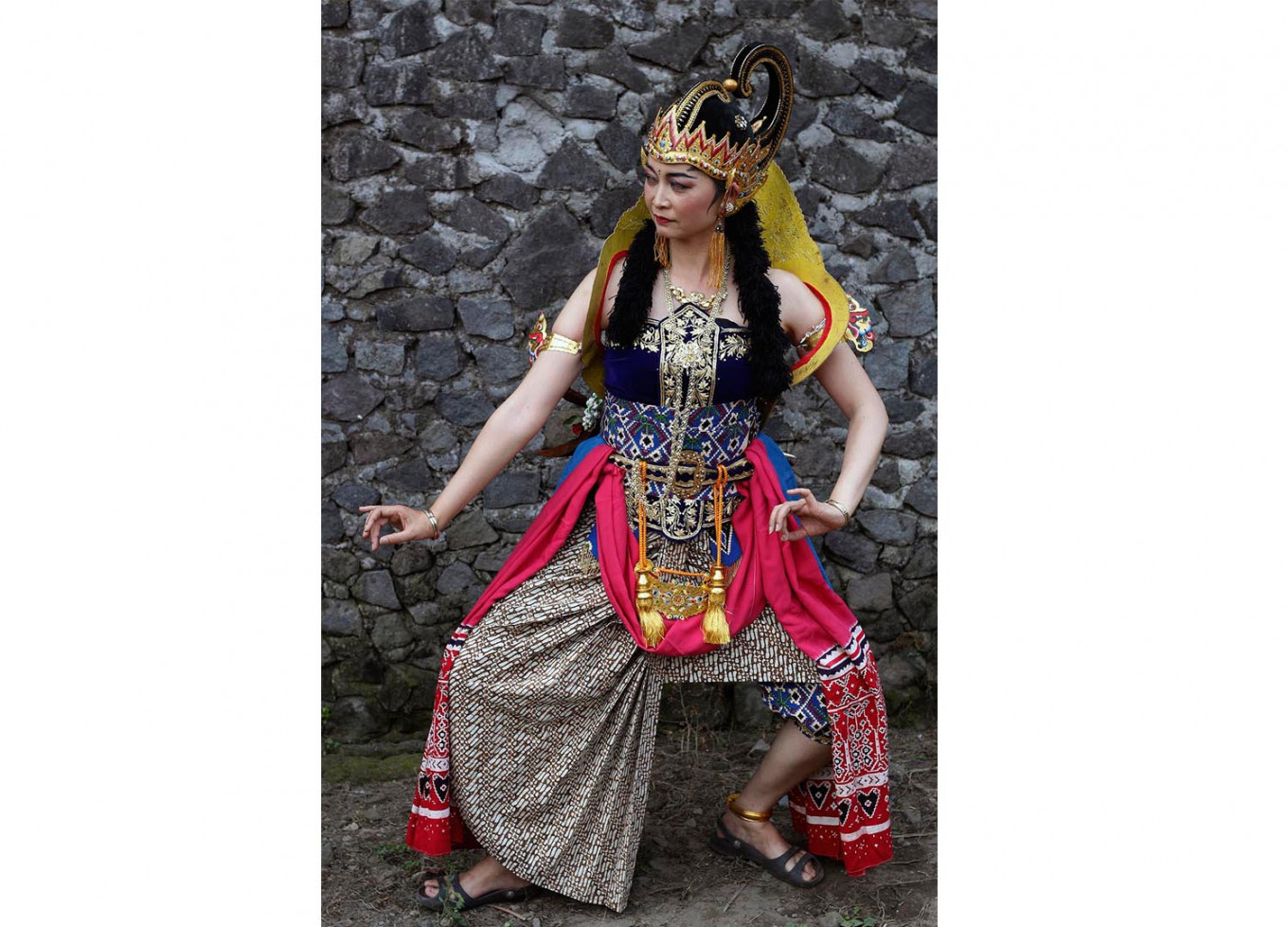 Japanese artist Kaori Okado performs traditional Javanese dance Gambir Anom at the 18th Five Mountains Festival on June 7. JP/Magnus Hendratmo