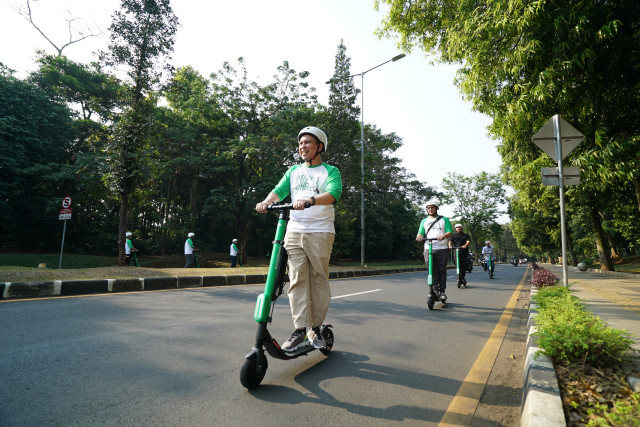 Back on the road: E-scooter service GrabWheels returns to Jakarta streets