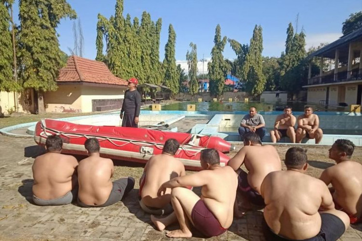Overweight police officers in East Java go through weight-loss program