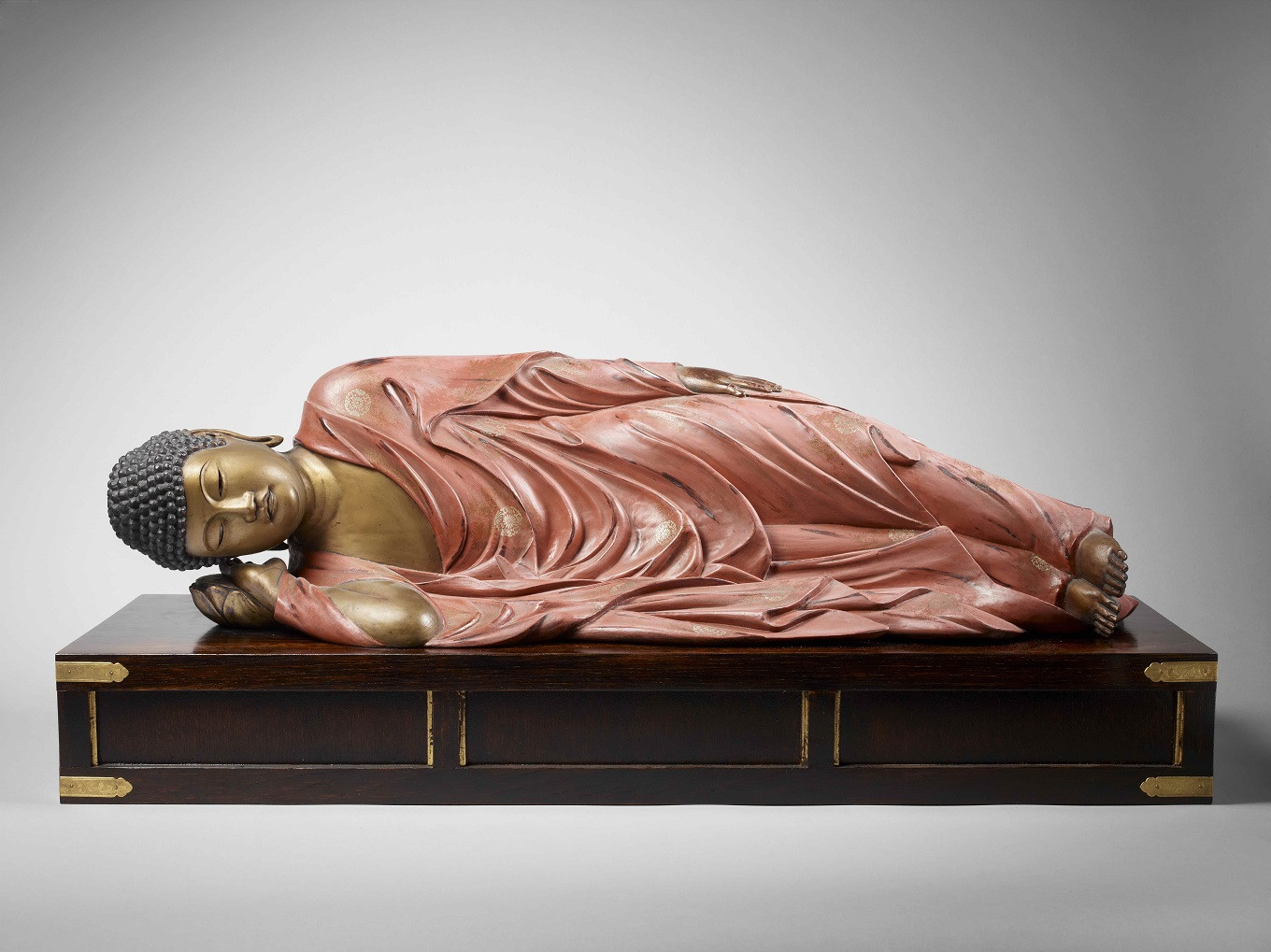 Reclining Buddha entering Nirvana (Nahan no shaka), Japan 19th century, lacquered and gilded wood, ancient reserve of Guimet Museum, 80 cm long.