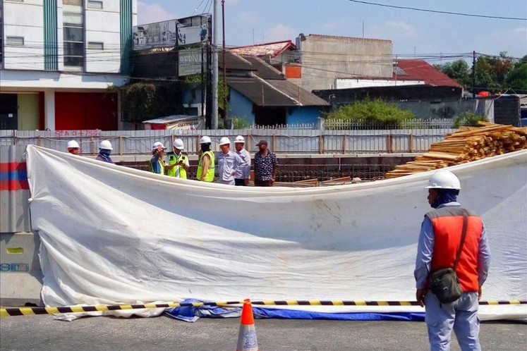 Yogyakarta road collapses suddenly, two vehicles fall into hole