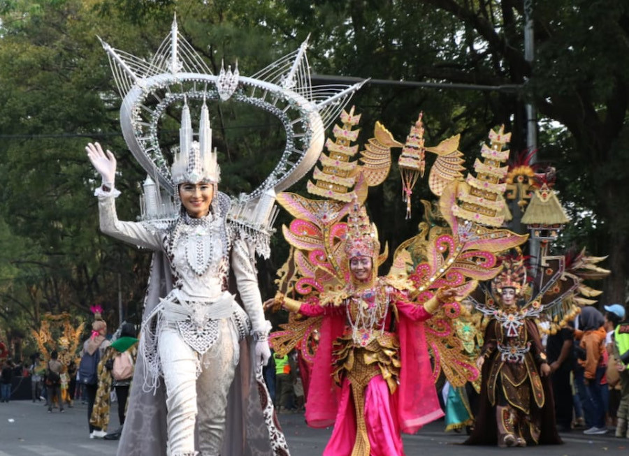 Malaysian delegates showcase their costumes in the Bhayangkara area of the Solo Batik Carnival on Saturday.