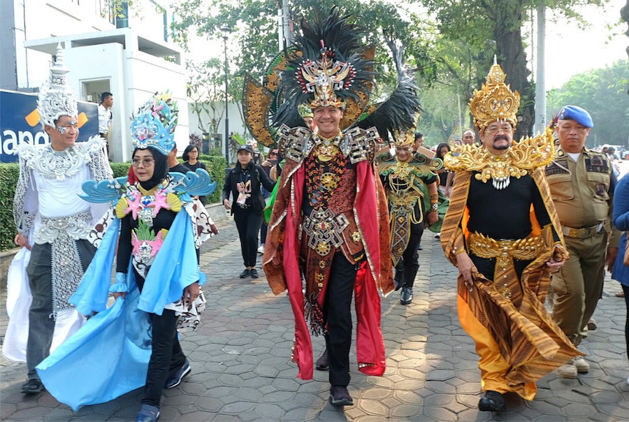 Central Java Governor Ganjar Pranowo participates in the carnival with a costume from Timor Leste.