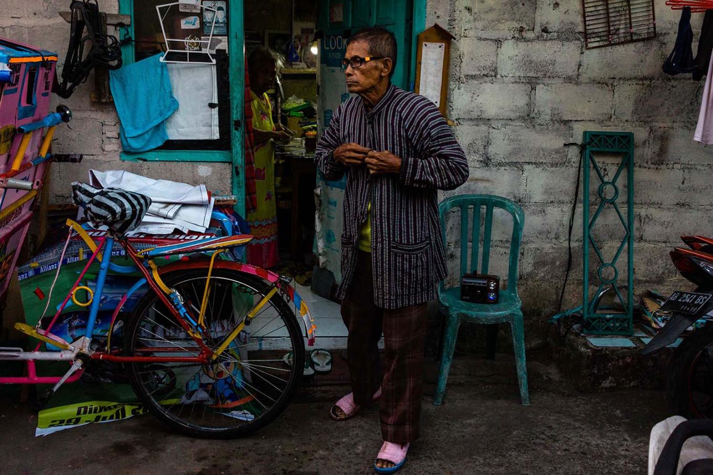 Sutopo wears a surjan lurik to work every Thursday Pahing, following a call from Yogyakarta city administration. JP/Anggertimur Lanang Tinarbuko