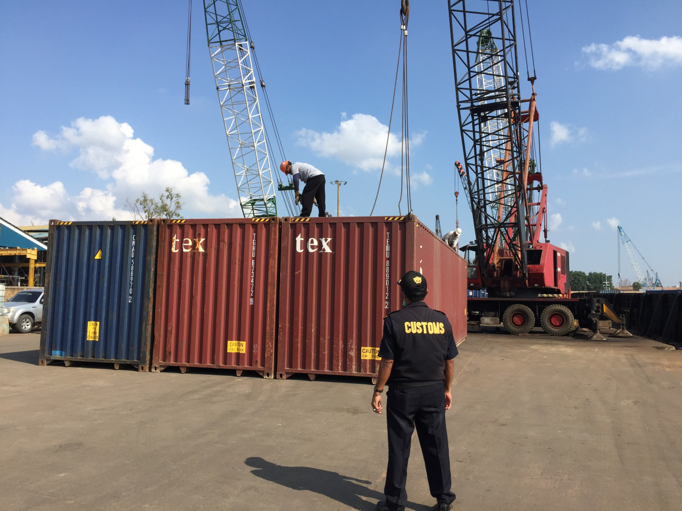 Indonesia sends 7 containers of plastic waste back to France, Hong Kong