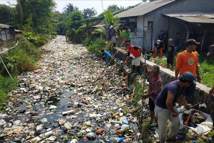 Residents join efforts to remove trash from Bahagia River in Bekasi