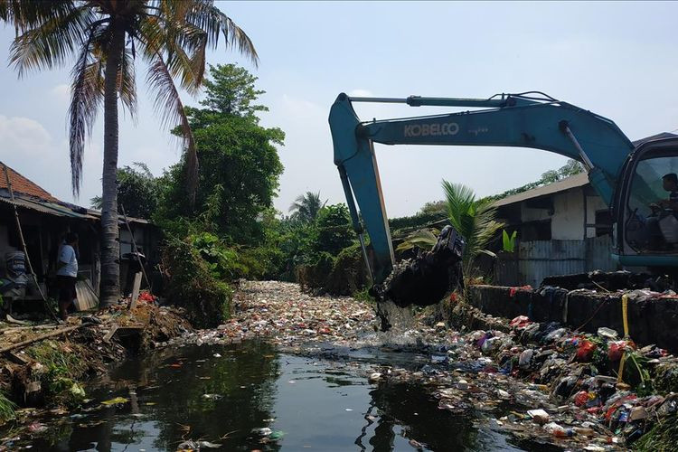 Bekasi starts lifting waste from river in Bahagia subdistrict