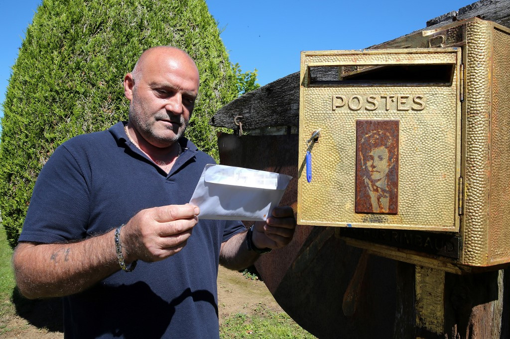 Post-mortem: Fan mail piles up at grave of French poet Rimbaud