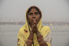 Woman prays to Mother Ganga. JP/Tyler Blodgett