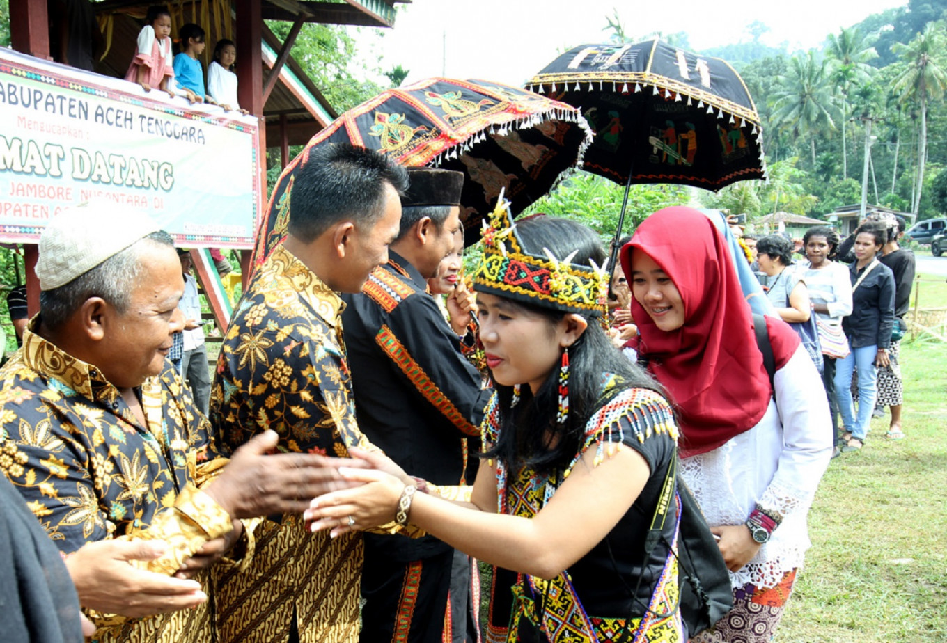 Participant from Dayak Kanayant, West Kalimantan, shake hands with one of the village leaders.