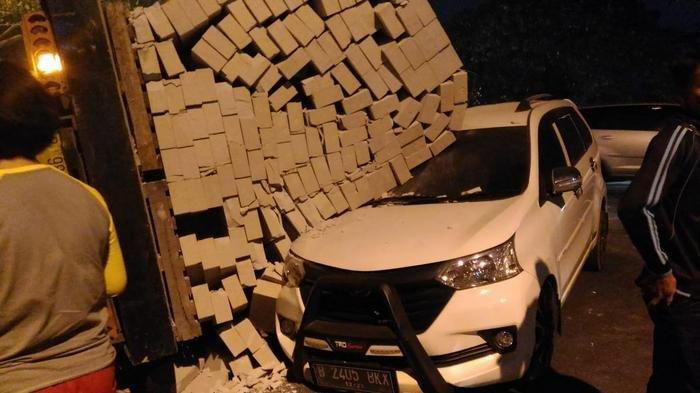 Hebel-loaded truck runs over car in Tangerang