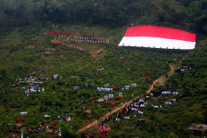 The giant flag is hoisted in Sumilir valley. JP/Maksum Nur Fauzan