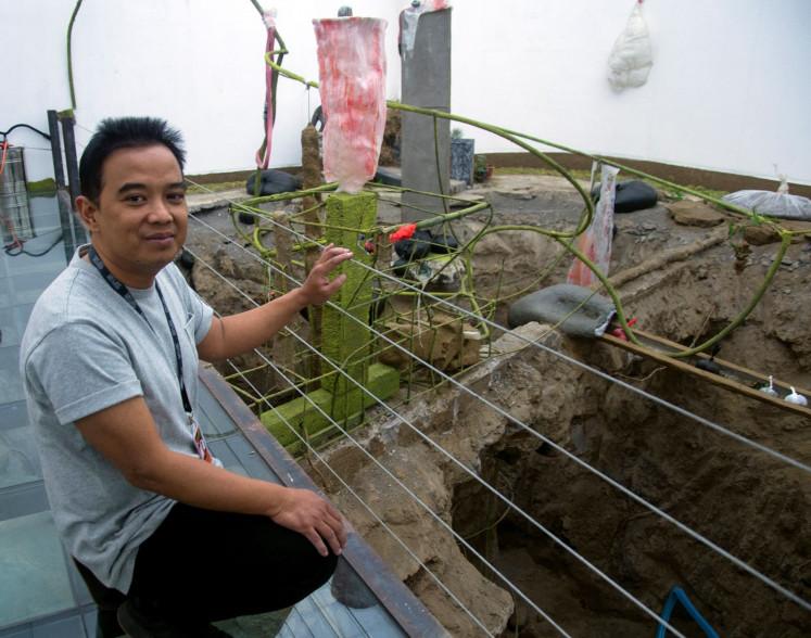 "Curator Agung ""Jennong"" Hujatnika looks into Handiwirman Saputra's work entitled 'Taman organik Oh Plastik' (Organic garden of plastic) on display at the month-long contemporary art festival ARTJOG, which runs until July 25 in Yogyakarta."