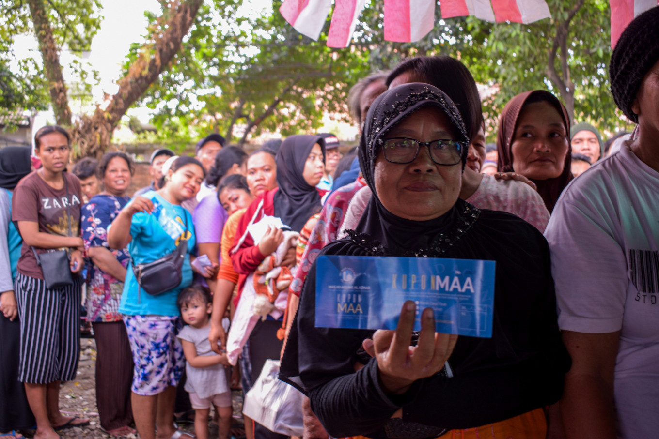 Residents line up to exchange coupons with qurban (sacrificial) meat prepared at Al Azhar Grand Mosque in South Jakarta on Sunday. The mosque had prepared 200 goats and 30 cows as qurban. JP/Anggie Angela