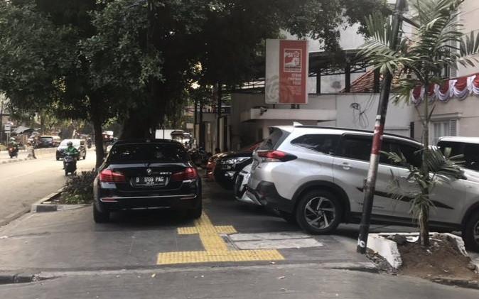 PSI reprimanded after car parked on sidewalk in front of Jakarta HQ