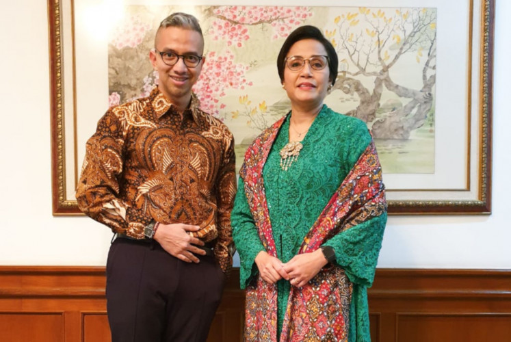 Designer Didiet Maulana (left) poses with Finance Minister Sri Mulyani Indrawati (right).