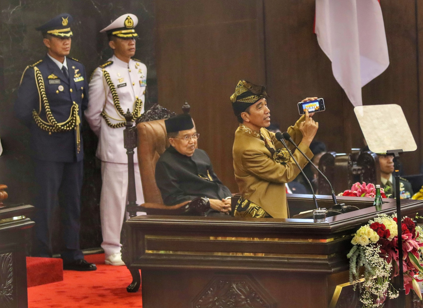 Take note, lawmakers: Jokowi pokes fun at House's overseas trips