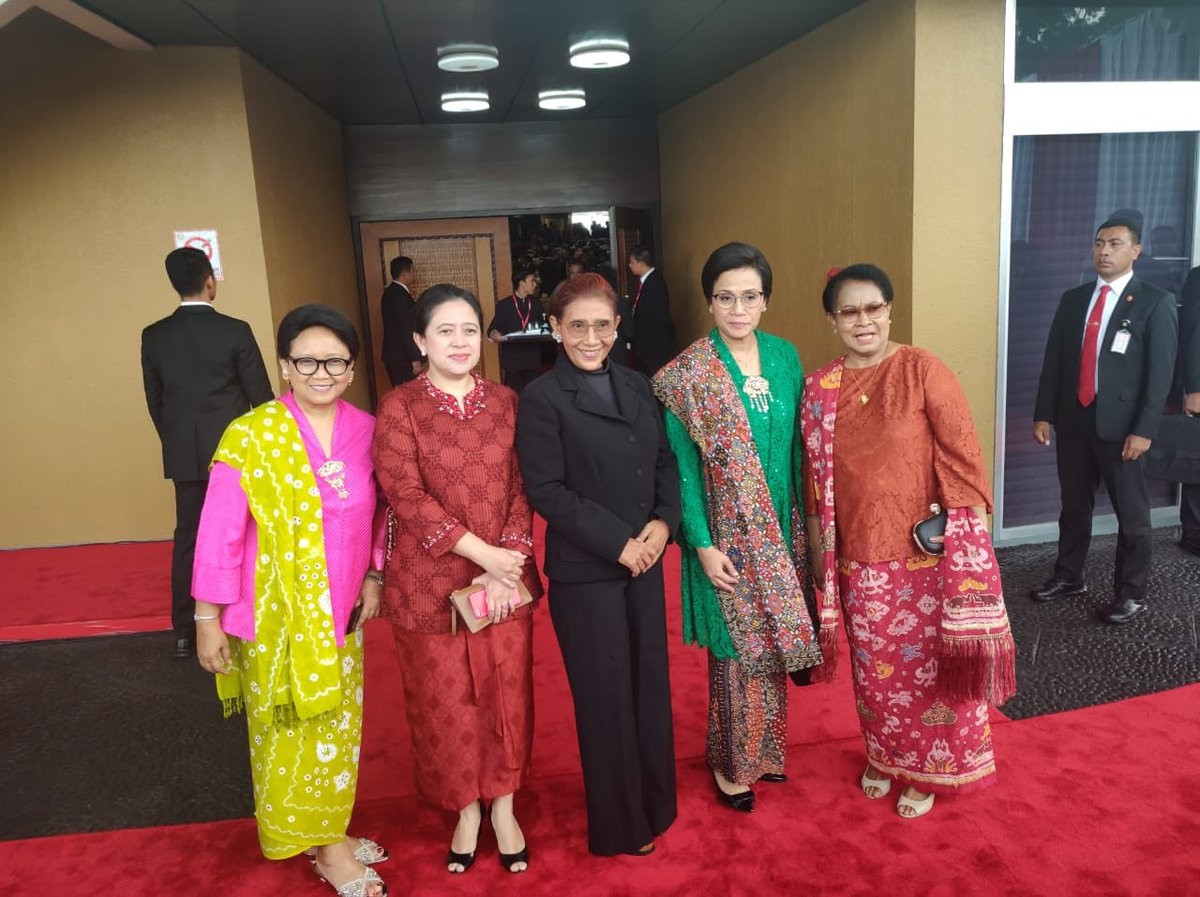 Women ministers show off their national attire