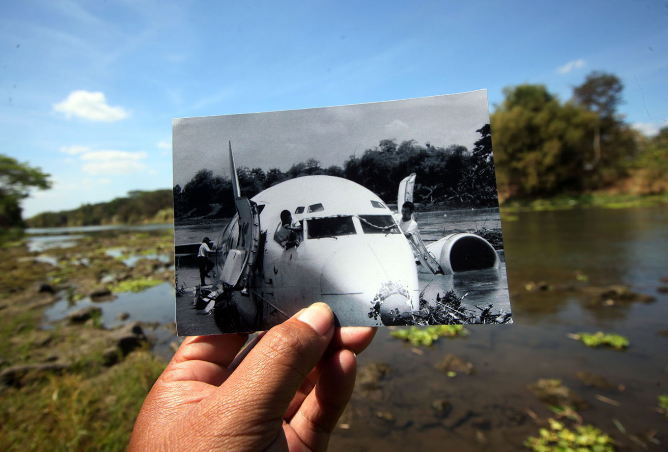 Water of the Bengawan Solo River covers almost half of the aircraft's remains. JP/Boy T. Harjanto