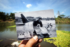 An evacuation of the aircraft's remains was conducted when river's water debit was high due to rainfall the day before. JP/Boy T. Harjanto
