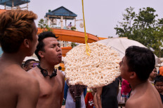 Visitors participate in a giant cracker eating contest at Atlantis Water Adventures in Ancol, North Jakarta, on Aug. 17. JP/Anggie Angela