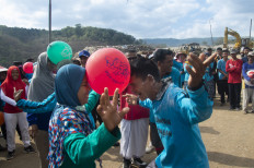 Hundreds of scavengers participate in the Independence Day competitions at the Yogyakarta's Piyungan Integrated Waste Treatment Area (TPST) on Aug. 17. JP/Tarko Sudiarno