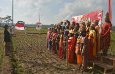 Residents of Melaten village in Malang, East Java, don the traditional attire of the 34 provinces in Indonesia on Aug. 17, following the Independence Day ceremony attended by hundreds of residents.  JP/ Aman Rochman