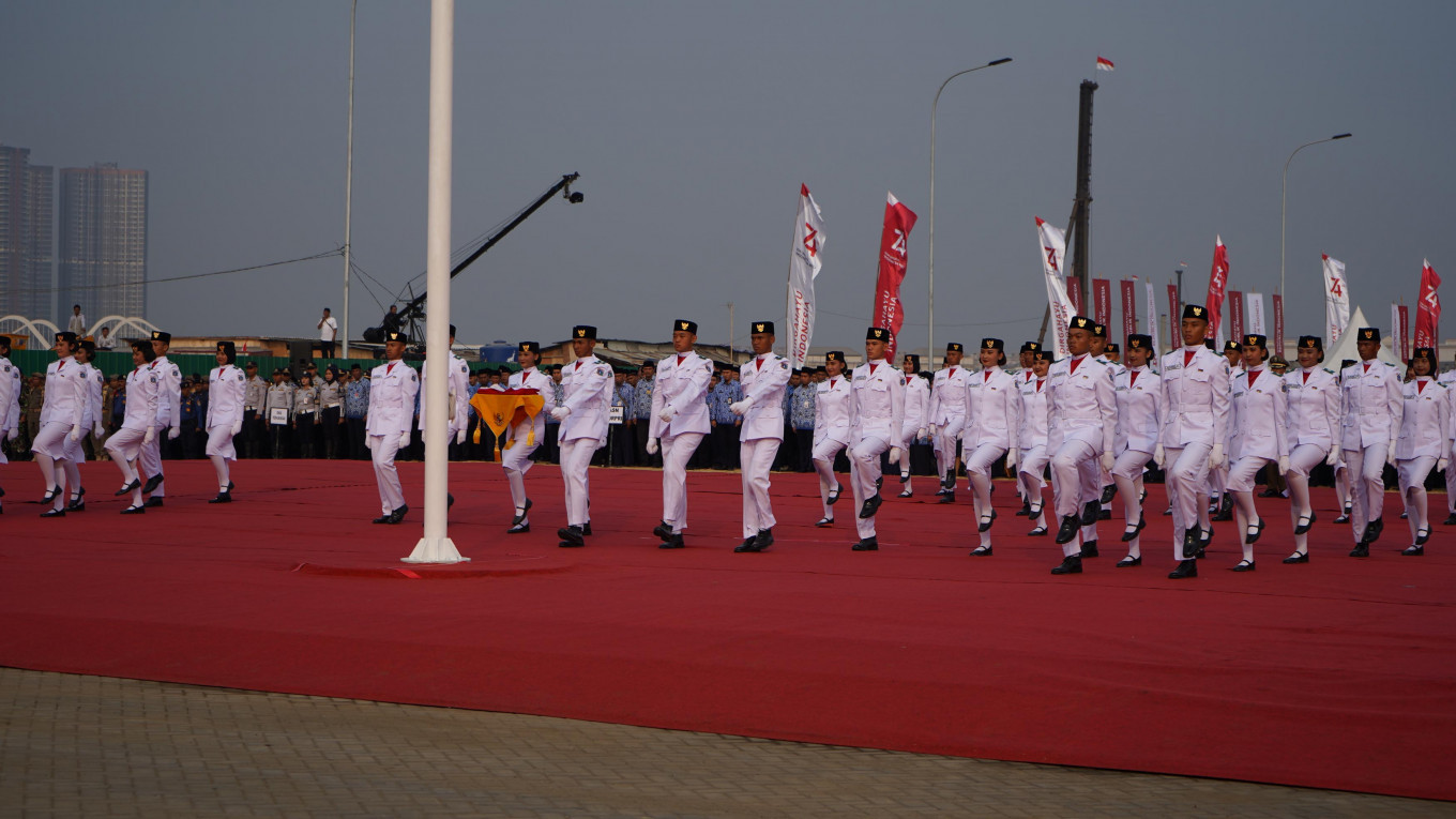 Officials line up during the Independence Day ceremony on the Jakarta Bay land reclamation project on Aug. 17. JP/ Rainier Nathaniel