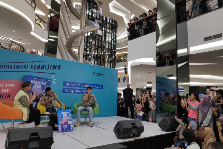 Jerome Polin Sijabat (middle) and his friend Tomo (right) speak during the 'Buku Latihan Soal - Mantappu Jiwa' event on Aug. 16 in Central Jakarta.