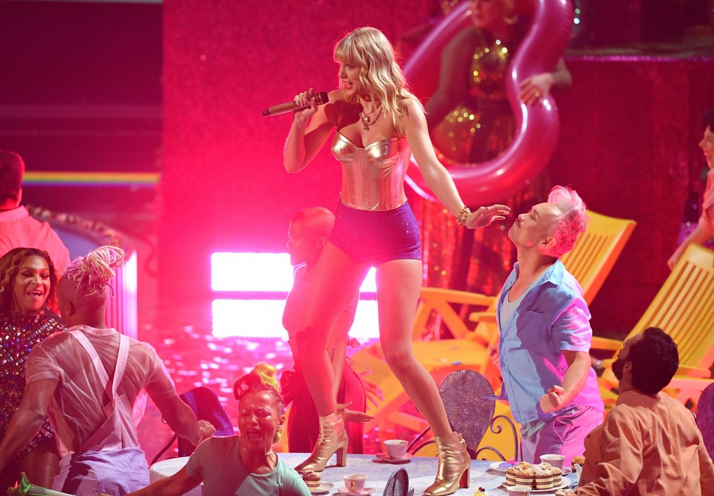 Swift kicks off MTV VMA's with flashy performance of new album tracks