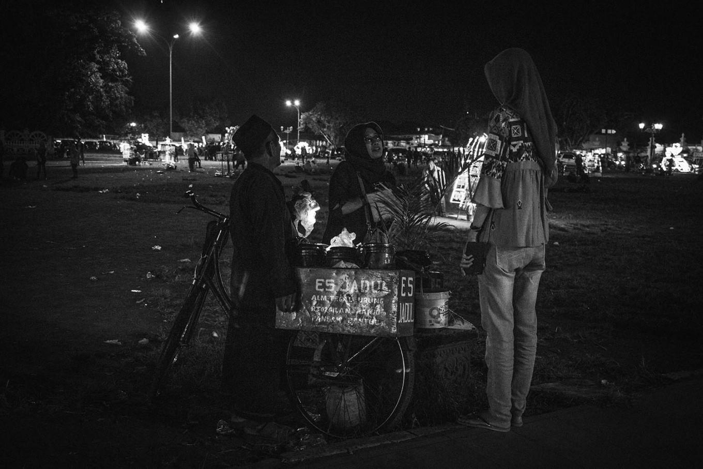 Customers buy the ice lollies. JP/Anggertimur Lanang Tinarbuko