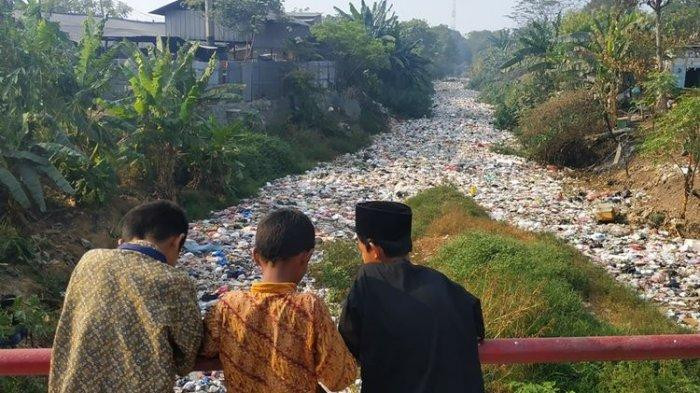 Stench, mosquitoes from waste-covered river haunt Bekasi residents