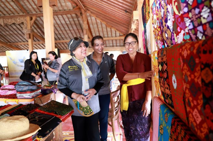 Nice batik: Maybank Indonesia president director Taswin Zakaria (left) and Maybank Group chairman Datuk Mohaiyani Shamsudin (center), accompanied by Maybank Indonesia's board of directors and commissioners, Bali administration representatives and beneficiaries of the bank's Corporate Social Responsibility (CSR) program, visit an exhibition of batik products on the sidelines of the Maybank Bali Marathon in Benoa, Bali, on Sept. 7.