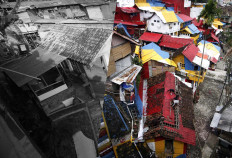 (Right) People collectively paint the roofs of their houses on the banks of the Code River in 2015. (Left) The colors fade four years later. JP/Boy T Harjanto