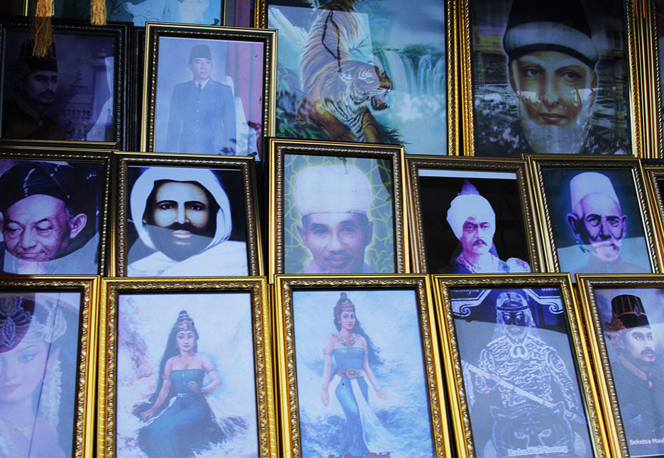 Pictures of religious figures, statesmen and mystical figures are sold at souvenir shops along the right wall of the Banten Grand Mosque. JP/Mala Hayati