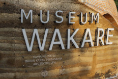 The Architecture Department of Pelita Harapan University, Jatiwangi Art Factory, the Land Agency and residents work hand in hand to build the wall of Wakare Museum using rammed earth materials. JP/Arya Dipa.
