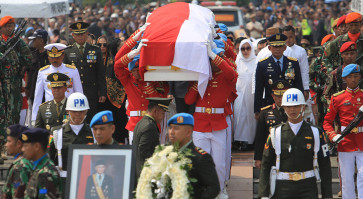 Thousands pay final respects to B.J. Habibie at funeral