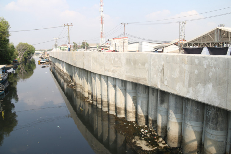 A river embankment in Dadap, Tangerang in Banten on Aug 13. The 120 km coastal embankment project includes the construction of river estuary embankments in Tangerang and Bekasi.
