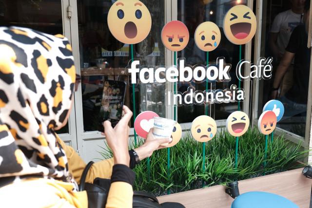 Slurp and snap: Facebook Café is located at Filosofi Kopi in Blok M, South Jakarta.