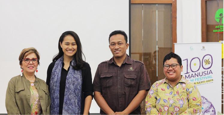 Showcase:  Director of Istitutio Italiano di Cultura Jakarta, Maria Battaglia (left), poses with actress Putri Ayudya (second left) as the festival ambassador, 'Nyanyian Akar Rumput' director Yuda Kurniawan (second right) and festival director Rainda Cuaca.