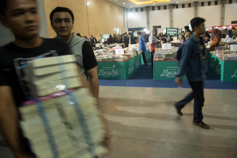 Stockpiling affordable books. JP/Tarko Sudiarno