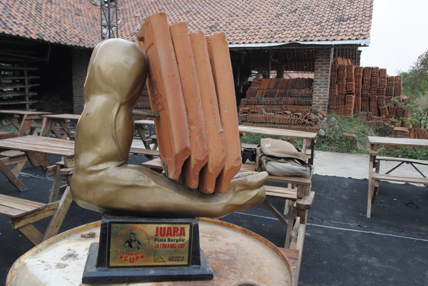 The 2019 Jatiwangi Cup bodybuilding championship for jebor workers offers total prizes worth Rp 10 million and a rotating trophy presented by the Jatiwangi Art Factory. The winning jebor has the honor of hosting the championship the following year. JP/Arya Dipa