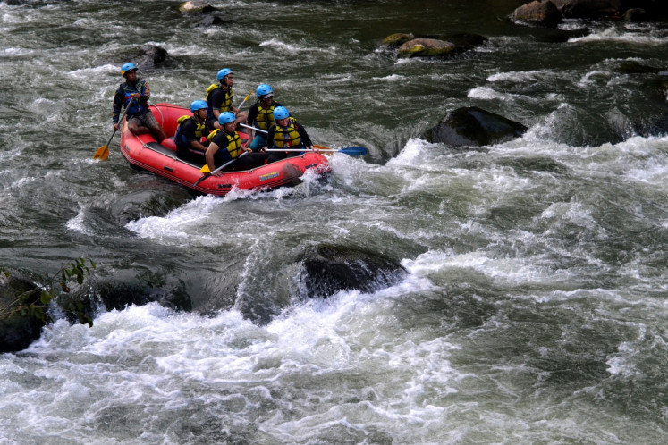 Rafting on the Elo River.
